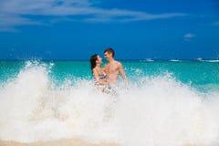 Νεολαίες που αγαπούν το ευτυχές ζεύγος στην τροπική παραλία Στοκ φωτογραφία με δικαίωμα ελεύθερης χρήσης
