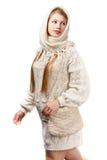 Νεολαίες που χαμογελούν την όμορφη μοντέρνη ξανθή γυναίκα στο άσπρο πλεκτό Sc στοκ φωτογραφία