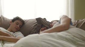 νεολαίες ύπνου ζευγών απόθεμα βίντεο