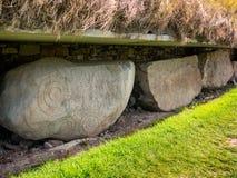 Νεολιθικό ανάχωμα Knowth, πέτρα κρασπέδου με τις σπείρες και lozenges, οργή στοκ εικόνες