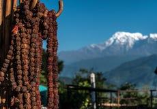Νεπαλικά rosaries προσευχής με το κόκκινο νήμα, Pokhara, Νεπάλ Στοκ Φωτογραφία