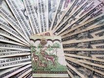 νεπαλικό τραπεζογραμμάτιο δέκα ρουπίων και υποβάθρου με τους αμερικανικούς λογαριασμούς δολαρίων
