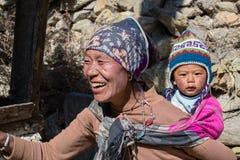 Νεπαλικά μητέρα πορτρέτου και παιδί στην οδό στο χωριό Himalayan, Νεπάλ Στοκ Φωτογραφίες
