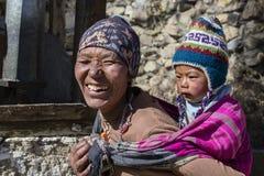Νεπαλικά μητέρα πορτρέτου και παιδί στην οδό στο χωριό Himalayan, Νεπάλ Στοκ Εικόνες