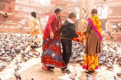 Νεπαλικά οικογενειακά ταΐζοντας περιστέρια στην πλατεία Durbar, Κατμαντού, ΝΕ στοκ φωτογραφίες