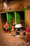 Νεπαλική γυναίκα και μαγειρεύοντας στοιχεία, Κατμαντού, Νεπάλ στοκ εικόνες