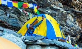 Νεπαλικός ορειβάτης βουνών Sherpa που παίρνει την αυτοπροσωπογραφία στη σκηνή Στοκ εικόνα με δικαίωμα ελεύθερης χρήσης