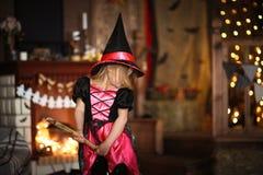 Νεράιδα κοριτσιών, μάγισσα που πετά σε ένα σκουπόξυλο Παιδιά αποκριές Στοκ εικόνες με δικαίωμα ελεύθερης χρήσης