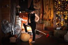 Νεράιδα κοριτσιών, μάγισσα στη σκούπα με την κολοκύθα αποκριές Στοκ Εικόνες