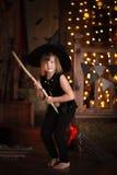 Νεράιδα κοριτσιών, μάγισσα στη σκούπα με την κολοκύθα αποκριές Στοκ εικόνα με δικαίωμα ελεύθερης χρήσης