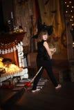 Νεράιδα κοριτσιών, μάγισσα στη σκούπα με την κολοκύθα αποκριές Στοκ φωτογραφία με δικαίωμα ελεύθερης χρήσης