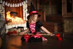 Νεράιδα κοριτσιών, μάγισσα στη σκούπα με την κολοκύθα αποκριές Στοκ Εικόνα