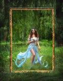 Νεράιδα πολυτέλειας με ένα μαγικό λουλούδι στο χέρι του στοκ φωτογραφία με δικαίωμα ελεύθερης χρήσης
