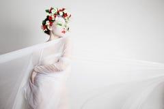 Νεράιδα σε ένα στεφάνι λουλουδιών στοκ εικόνες