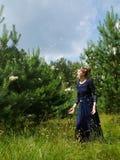 Νεράιδα όπως τη γυναίκα στα φτερά βραδιού gawn throughs Στοκ φωτογραφία με δικαίωμα ελεύθερης χρήσης
