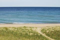 Νερά θαμπάδων Aqua το θερμό καλοκαίρι Μίτσιγκαν με τη χλόη και το ελαφρύ κτύπημα αμμόλοφων Στοκ φωτογραφίες με δικαίωμα ελεύθερης χρήσης