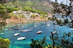 Νερά κρυστάλλου κοντά στην όμορφα παραλία και το χωριό Fornells, Μεσόγειος, Καταλωνία, Ισπανία Στοκ εικόνα με δικαίωμα ελεύθερης χρήσης