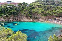 Νερά κρυστάλλου κοντά στην όμορφη παραλία Aiguablava Begur στο χωριό, Μεσόγειος, Καταλωνία, Ισπανία Στοκ Εικόνες