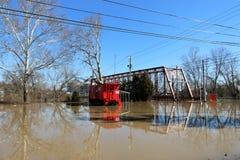 Νερά πλημμύρας πέρα από τη γέφυρα και boxcar στην αυγή, Ιντιάνα στοκ φωτογραφία