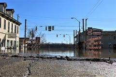 Νερά πλημμύρας στην οδό στην αυγή, Ιντιάνα στοκ εικόνα με δικαίωμα ελεύθερης χρήσης