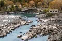 Νερά του της Γεωργίας ποταμού βουνών σε Kutaisi Στοκ Εικόνες