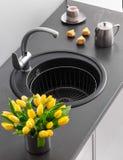 Νεροχύτης κουζινών γρανίτη με τη βρύση αναμικτών Στοκ Εικόνες