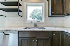 Νεροχύτης κουζινών με το κεραμίδι υπογείων backspash στοκ φωτογραφία