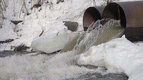 Νερό αγωγών - επιτρέψτε να στραγγίξετε στο κανάλι απόθεμα βίντεο