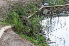 Νερό αποβλήτων με τα πολλά απορρίματα Στοκ φωτογραφία με δικαίωμα ελεύθερης χρήσης