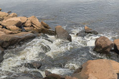 Νερό αποβλήτων που ρέει στον ποταμό Στοκ φωτογραφία με δικαίωμα ελεύθερης χρήσης