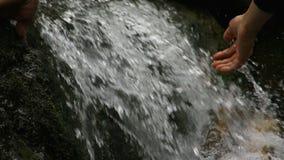 Νερό αφών ατόμων σε ένα ρεύμα βουνών απόθεμα βίντεο