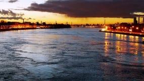 Νερό Βιομηχανική πόλη Καπνός από τους σωλήνες Ήρεμο και μπλε νερό στοκ φωτογραφία