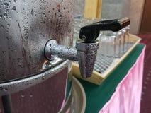 Νερό βρύσης από έναν κάδο του κρύου νερού Στοκ φωτογραφίες με δικαίωμα ελεύθερης χρήσης