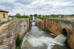 Νερό εξόδου κλειδαριών του καναλιού άρδευσης στοκ εικόνα με δικαίωμα ελεύθερης χρήσης