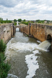 Νερό εξόδου κλειδαριών του καναλιού άρδευσης στοκ φωτογραφία
