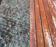Νερό και ξύλινο πάτωμα Στοκ εικόνες με δικαίωμα ελεύθερης χρήσης