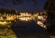 Νερό καναλιών darsena του Μιλάνου τη νύχτα στοκ εικόνα με δικαίωμα ελεύθερης χρήσης
