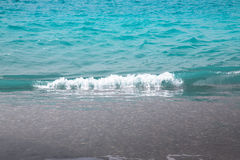Νερό κρυστάλλου στην παραλία κοντά στη Πάφο Μεσογειακή ακτή Κύπρος Στοκ φωτογραφία με δικαίωμα ελεύθερης χρήσης