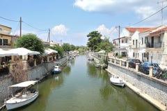 Νερό μεταξύ της πόλης και των σπιτιών, νησί της Ελλάδας Kerkira στοκ εικόνα