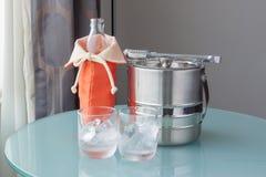 Νερό μπουκαλιών νερό και πάγου με τον ανοξείδωτο κάδο Στοκ Φωτογραφίες