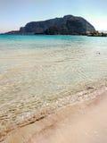 Νερό ξεκαθάρων της παραλίας Mondello κοντά στο Παλέρμο, Σικελία Στοκ φωτογραφία με δικαίωμα ελεύθερης χρήσης