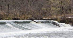 Νερό πέρα από το φράγμα ποταμών αλεπούδων Στοκ εικόνα με δικαίωμα ελεύθερης χρήσης