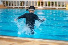 Νερό παιχνιδιού αγοριών στοκ εικόνες