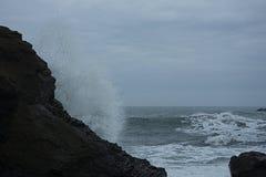 Νερό παφλασμών στις ηφαιστειακές πέτρες στοκ φωτογραφία με δικαίωμα ελεύθερης χρήσης