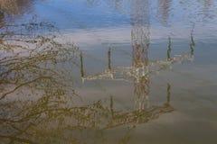 Νερό που απεικονίζει έναν πύργο ηλεκτρικής ενέργειας Στοκ εικόνες με δικαίωμα ελεύθερης χρήσης