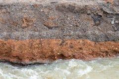 Νερό που διαβρώνεται κάτω από το στρωμένο δρόμο Στοκ φωτογραφίες με δικαίωμα ελεύθερης χρήσης