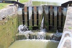 Νερό που διαρρέει μέσω της πύλης στοκ εικόνα με δικαίωμα ελεύθερης χρήσης
