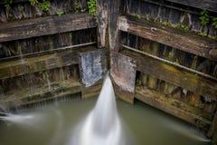 Νερό που διαρρέει μέσω των πυλών στην κλειδαριά στο κανάλι στοκ εικόνα με δικαίωμα ελεύθερης χρήσης
