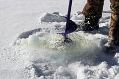 Νερό που εξάγεται μιας τρύπας αλιείας για να καθαρίσει Slush Στοκ Φωτογραφία