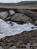 Νερό που επισκιάζεται ωκεάνιο από τους λίθους Στοκ Εικόνες